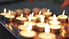Kvinnlign räcker ljusa stearinljus med en tändare stock video