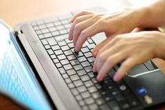 Kvinnlign räcker maskinskrivning på ett bärbar datorPCtangentbord Royaltyfri Bild