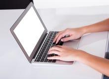 Kvinnlign räcker maskinskrivning på ett bärbar datortangentbord Fotografering för Bildbyråer