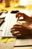 Kvinnlign räcker maskinskrivning på tangentbordet Arkivfoto