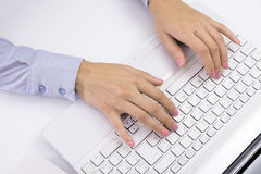 Kvinnlign räcker maskinskrivning på tangentbordet, den vita datoren Royaltyfria Bilder