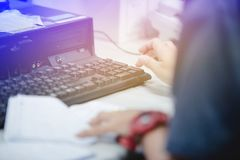 Kvinnlign räcker maskinskrivningtangentbordet för ingångsdata Arkivfoto
