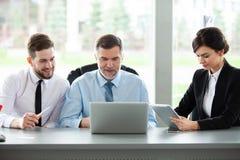 kvinnlign som manlign models en, sköt tillsammans två som fungerar Affär Team Discussion Meeting Corporate Concept royaltyfria bilder