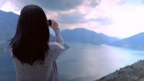 Kvinnlign tar fotoet vid mobilen stock video