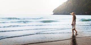 Kvinnlign undersöker begrepp för havet för fritid för strandavbrottsfred Arkivbilder