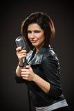 Kvinnlign vaggar den hållande mikrofonen för sångaren Arkivfoto
