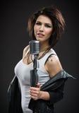 Kvinnlign vaggar musikern som räcker mikrofonen Royaltyfri Fotografi
