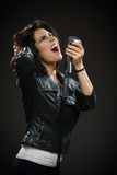 Kvinnlign vaggar sångaren som räcker mikrofonen Royaltyfri Foto