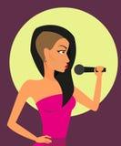Kvinnlign vaggar sångaren med mikrofonen Royaltyfria Bilder