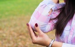Kvinnligns armbåge, smärtar och skadan royaltyfri foto