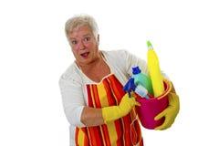 Kvinnligpensionär med cleaningutensils Arkivfoto