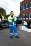 kvinnligperson med paramedicinsk utbildning fotografering för bildbyråer
