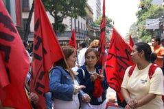 Kvinnligpersoner som protesterar med röda flaggor Royaltyfri Fotografi
