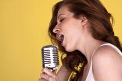 kvinnligredheadsångare Royaltyfria Bilder