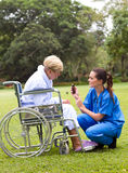 kvinnligsjuksköterskatålmodig Royaltyfri Fotografi