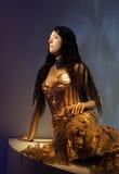 Kvinnligskyltdocka på den Gaultier utställningen Arkivfoton