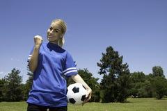 kvinnligspelarefotboll royaltyfri bild