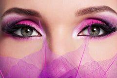 Kvinnligt öga med ljus rosa makeup för härligt mode arkivfoton