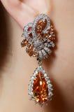 Kvinnligt öra i smyckenörhängen Arkivfoton