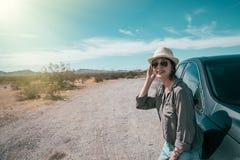 Kvinnligt anseende för bilchaufför på den tomma naturen royaltyfri foto