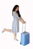 Kvinnligt anseende med den blåa resväskan arkivbilder