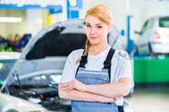 Kvinnligt arbete för auto mekaniker - bilseminarium arkivbild