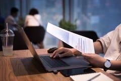 Kvinnligt arbete med den moderna bärbara datorn i arbetsplatsen, kafé Arkivfoton