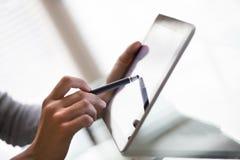 Kvinnligt arbete med nålen och digital minnestavlaPC Royaltyfri Foto