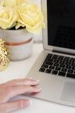 Kvinnligt arbetsplatsbegrepp Frilans- workspace med bärbara datorn, blommor, guld- ananas, kvinnahand Bloggerarbete Ljust yello Royaltyfri Bild