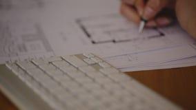 Kvinnligt arkitektStudying Plans In kontor, på arkivfilmer