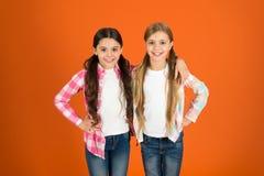Kvinnligt attribut för långt hår Flickor låter vanligt deras hår växa länge sunt blankt för hår Gulligt barn för unge med långt royaltyfria bilder