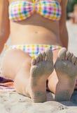 Kvinnligt barfota sular med sand Royaltyfri Bild