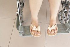 Kvinnligt ben på rullstolen Royaltyfri Foto