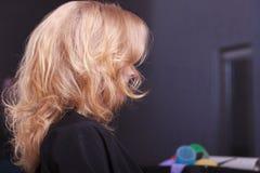 Kvinnligt blont krabbt hår. Dra tillbaka av kvinnahuvudet. Frisör. Skönhetsalong. Arkivfoton