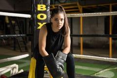 Kvinnligt boxaresammanträde i ett hörn royaltyfri foto
