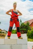 Kvinnligt byggm?stareavbrott p? konstruktionsplats royaltyfri foto