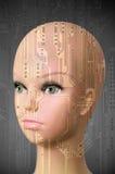 Kvinnligt cyborghuvud på mörker - grå bakgrund Arkivbilder