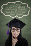 Kvinnligt diplom som tänker om hennes framtida karriär Royaltyfria Foton