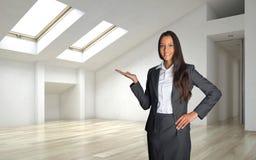 Kvinnligt fast egendommedel Inside ett arkitektoniskt rum Arkivfoton