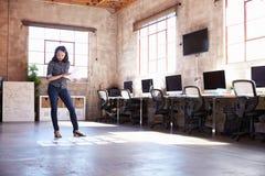 Kvinnligt formgivarePlanning Layout On golv av det moderna kontoret royaltyfria bilder