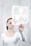 Kvinnligt forskarearbete i det futuristic Royaltyfria Bilder