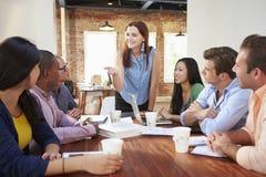 Kvinnligt framstickande Addressing Office Workers på mötet Arkivfoton