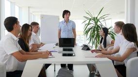 Kvinnligt framstickande på möte med partners som diskuterar idénäringslivsutveckling in i i styrelse stock video