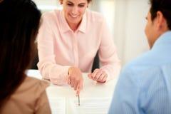 Kvinnligt försäkringmedel som planerar den finansiella lösningen Arkivbilder