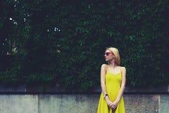 Kvinnligt gulligt hipsterflickaanseende mot tomt kopieringsutrymme för textmeddelande eller innehåll Royaltyfria Bilder