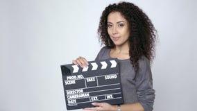 Kvinnligt hållande filmclapperbräde arkivfilmer