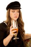 Kvinnligt hållande vinexponeringsglas som bär den svarta hatten och klänningen fotografering för bildbyråer