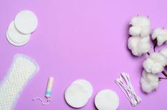 Kvinnligt hygienbegrepp, kvinnas sanitära produkter på rosa bakgrund royaltyfria bilder