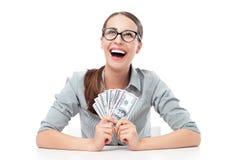 Kvinnligt innehav en fan av pengar arkivbild