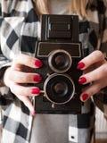 Kvinnligt innehav en tappningkamera Royaltyfria Foton